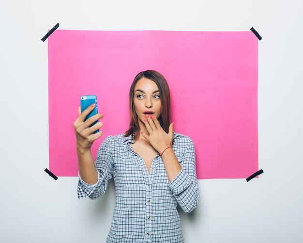 Ładna Młoda Kobieta Bierze Obrazek Z Kamera Telefonem Darmowe Zdjęcia
