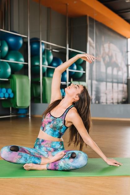 Ładna młoda kobieta robi joga z oczami zamykającymi Darmowe Zdjęcia