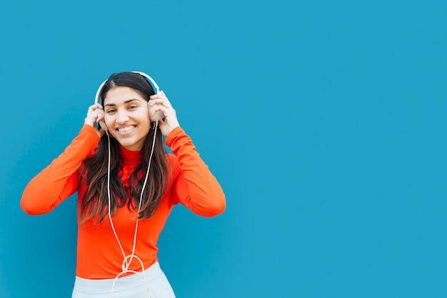 Ładna młoda kobieta słuchania muzyki z słuchawek Darmowe Zdjęcia