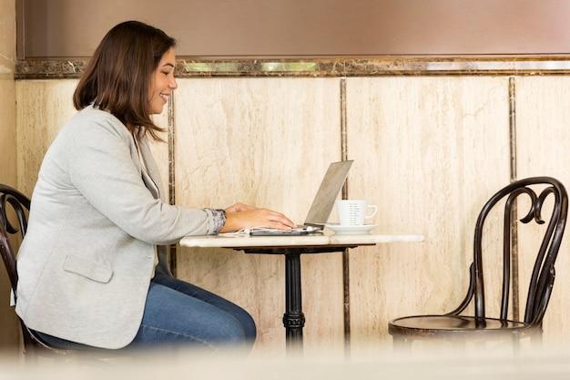 Ładna Nastolatka Pracuje Na Laptopie Darmowe Zdjęcia