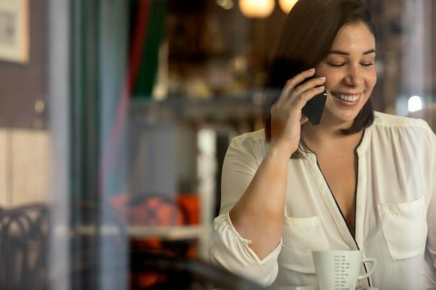 Ładna Nastolatka Rozmawia Przez Telefon Darmowe Zdjęcia
