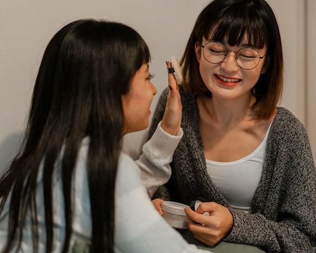 Ładne Azjatki Próbują Produktów Do Makijażu Darmowe Zdjęcia