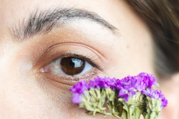Ładne Brązowe Oczy Kobiety I Gęste, Idealne Brwi Z Uroczymi Suszonymi Kwiatami Pod Oczami Darmowe Zdjęcia