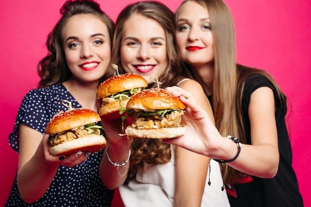 Ładne Dziewczyny Z Soczystymi Hamburgerami. Premium Zdjęcia