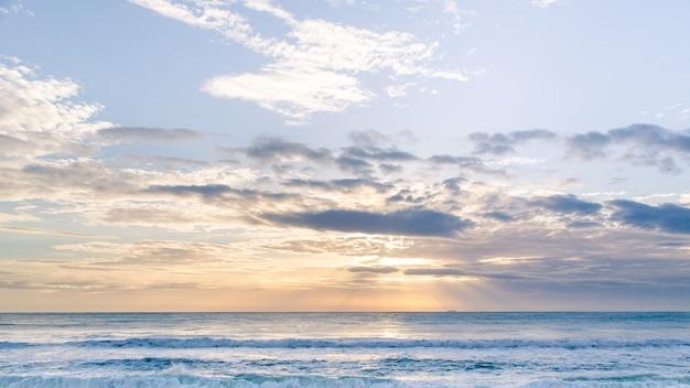 Ładnie Budzące Się Jedwabiste Morze Premium Zdjęcia