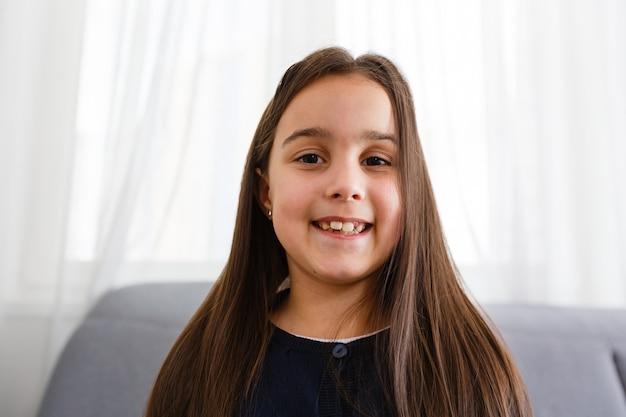 Ładny Bloger. Małe Dziecko Dziewczynka. Premium Zdjęcia
