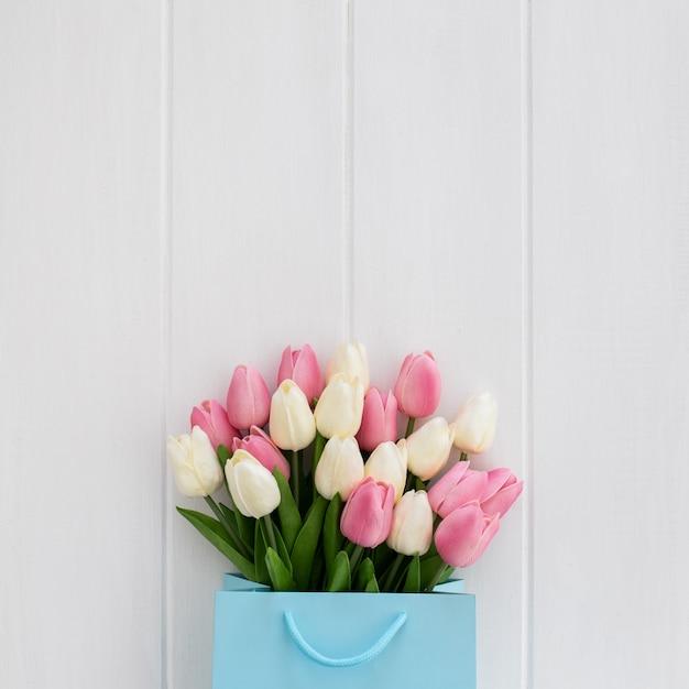 Ładny Bukiet Tulipany Wewnątrz Niebieska Torba Na Białym Tle Drewnianych Darmowe Zdjęcia