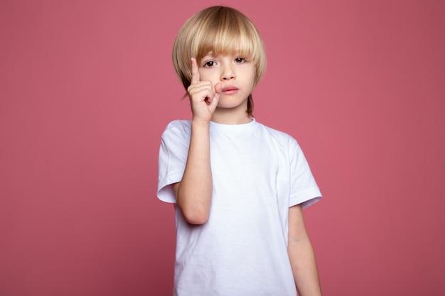 Ładny Chłopak W Białej Koszulce Urocze Małe Dziecko Na Różowej ścianie Darmowe Zdjęcia