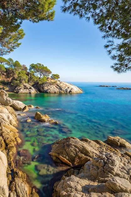 Ładny Krajobraz Hiszpańskiego Wybrzeża W Costa Brava, Playa De Aro Premium Zdjęcia