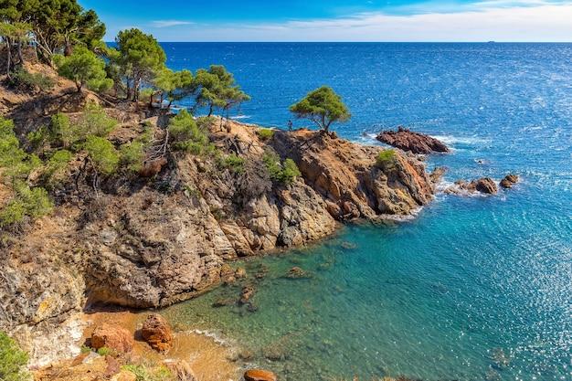 Ładny Krajobraz Z Wybrzeża Costa Brava W Hiszpanii, La Fosca Premium Zdjęcia