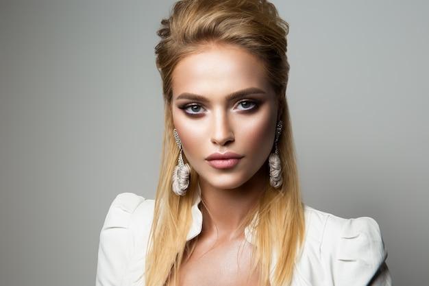 Ładny Model Z Jasnym Makijażem. Kredka Do Oczu. Premium Zdjęcia