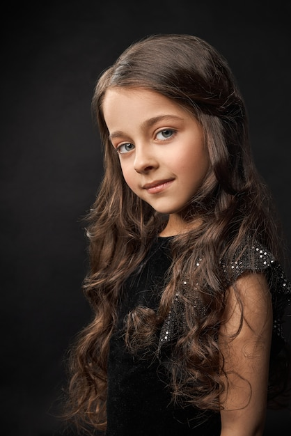 Ładny, śliczny Model Z Pulchnymi Ustami W Czarnej Sukience. Premium Zdjęcia