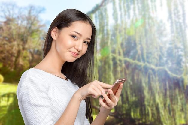 Ładny żeński Nastolatek Używa Telefon Premium Zdjęcia