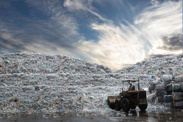 Ładunek Roboczy ładowarki Kołowej Plastikowy Pojemnik Na Recykling Z Moutian Plastikowej Butelki Premium Zdjęcia