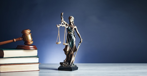 Lady Sprawiedliwości Młotkiem Na Książki Premium Zdjęcia