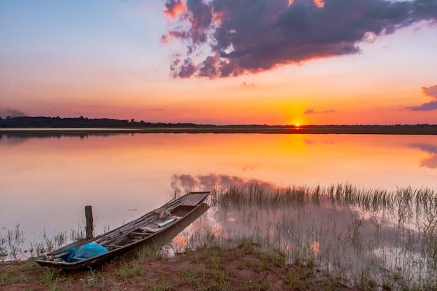 Laguna Refleksji Słońca. Piękny Zachód Słońca Za Chmurami I Błękitne Niebo Nad Krajobrazem Laguny Premium Zdjęcia