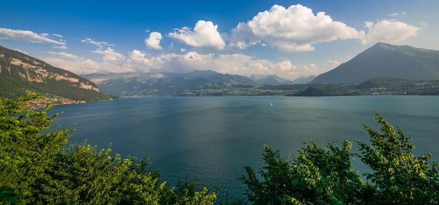 Lake Thun Interlaken Panorama, Szwajcaria, Europa. Letni Krajobraz. Premium Zdjęcia