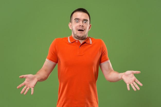 Łał. Atrakcyjny Męski Portret W Połowie Długości Z Przodu Na Zielono Darmowe Zdjęcia