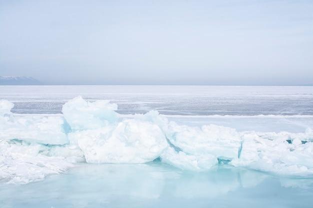 Łamany Lód W Zamarzniętym Jeziorze Przy Jeziornym Baikal, Rosja Premium Zdjęcia