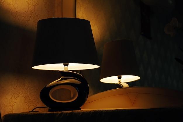 Lampa Na Stoliku Nocnym Obok łóżka Premium Zdjęcia