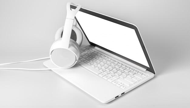 Laptop I Hełmofon Odizolowywający Na Bielu Premium Zdjęcia