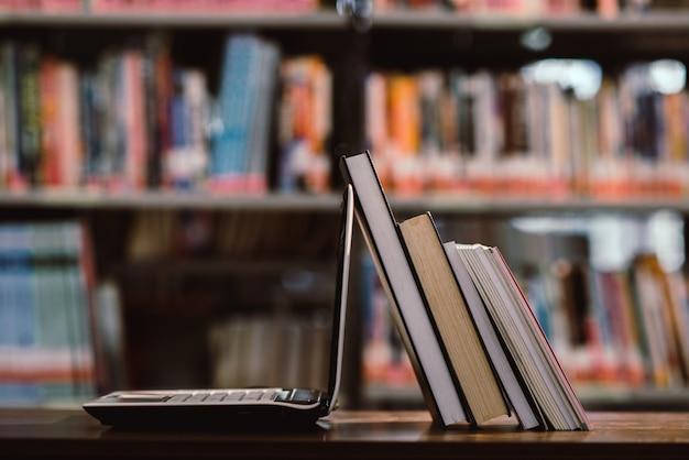 Laptop I Książka Na Miejscu Pracy W Bibliotece Pokoju Darmowe Zdjęcia