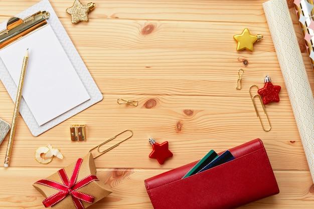 Laptop, Karty Kredytowe, Torebka I świąteczna Dekoracja. świąteczne Zakupy Online, Kupowanie Prezentów Premium Zdjęcia