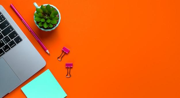 Laptop, Kwiat, Naklejki, Spinacze, Artykuły Papiernicze Na Tle Bujnej Lawy. Freelancer W Miejscu Pracy, Biznesmen, Przedsiębiorca, Kobieta Biznesu. Transparent. Premium Zdjęcia