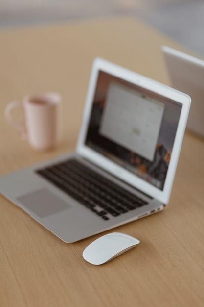 Laptop na drewnianym biurku Darmowe Zdjęcia