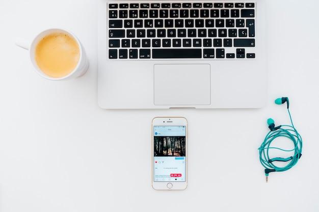 Laptop, Słuchawki, Kawa I Telefon Z Instagramem Darmowe Zdjęcia