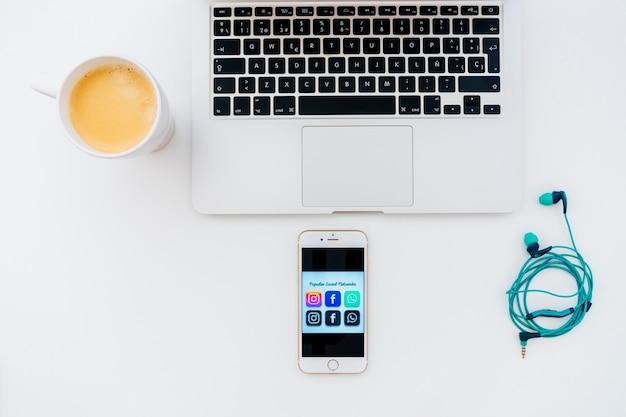 Laptop, Słuchawki, Kawa I Telefon Z Popularnymi Aplikacjami Darmowe Zdjęcia