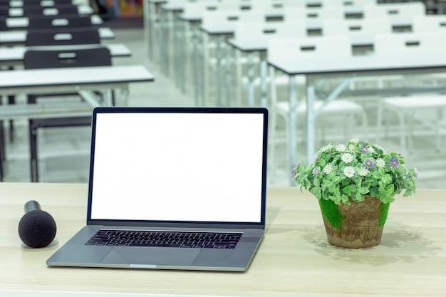 Laptop W Sali Konferencyjnej. Premium Zdjęcia