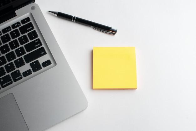 Laptop z czarnym piórem i żółtym pendrive Premium Zdjęcia