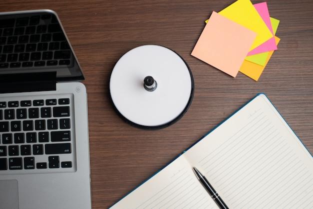 Laptop z dyskiem i kolorowym pendrive Premium Zdjęcia
