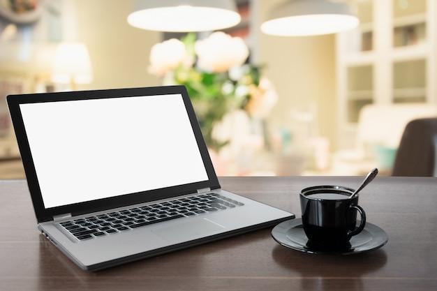 Laptop Z Pustego Ekranu Z Kawą Na Blacie. Praca W Domu. Przerwa Na Kawę. Edukacja. E-learning. Premium Zdjęcia