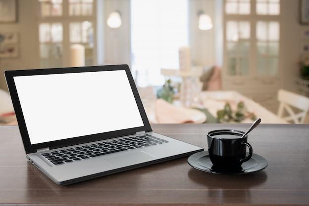 Laptop Z Pustym Ekranem I Kawą Na Blacie Premium Zdjęcia
