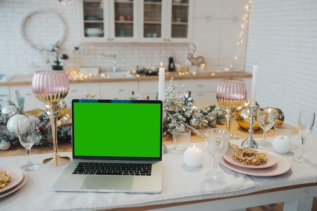 Laptop Z Zielonym Ekranem - Chromakey Przy Noworocznych Dekoracjach. Motyw świąteczny. Szablon. Darmowe Zdjęcia