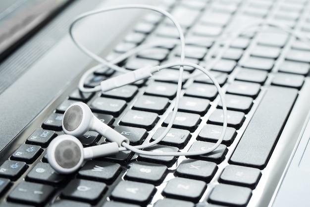 Laptop Ze Słuchawkami Darmowe Zdjęcia