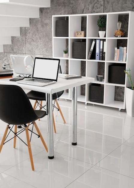 Laptopy Na Biurkach W Biurze Premium Zdjęcia