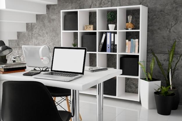 Laptopy Na Biurkach Z Krzesłami W Biurze Premium Zdjęcia
