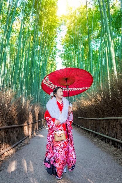 Las Bambusowy. Azjatycka Kobieta Ubrana W Tradycyjne Japońskie Kimono W Bamboo Forest W Kioto, Japonia. Darmowe Zdjęcia