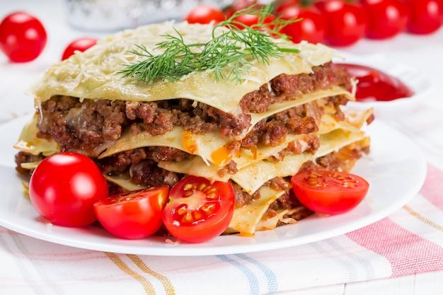 Lasagne Z Pomidorami Koktajlowymi Premium Zdjęcia