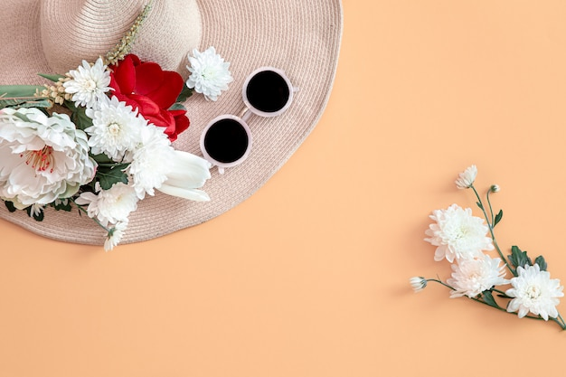 Lata Tło Z Kwiatami I Kapeluszem. Darmowe Zdjęcia