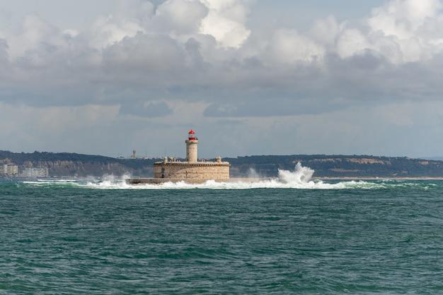 Latarnia Morska Na Małej Wyspie Na Morzu - Fort Sao Lourenco Do Bugio Premium Zdjęcia