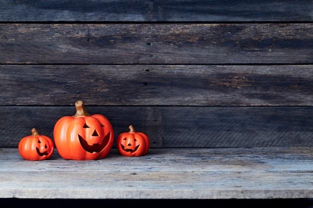 Latarnia z dyni halloween. cukierek albo psikus na drewnianym stole Premium Zdjęcia