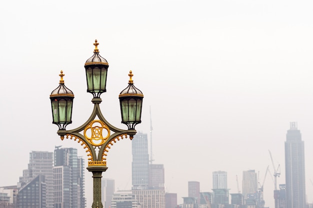 Latarnie Na Westminster Bridge, Niewyraźne Wieżowce Premium Zdjęcia