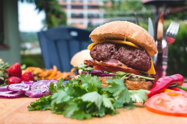 Lato Ogrodowy Grilla Kolorowy Hamburger Z Organicznie Składnikami Darmowe Zdjęcia