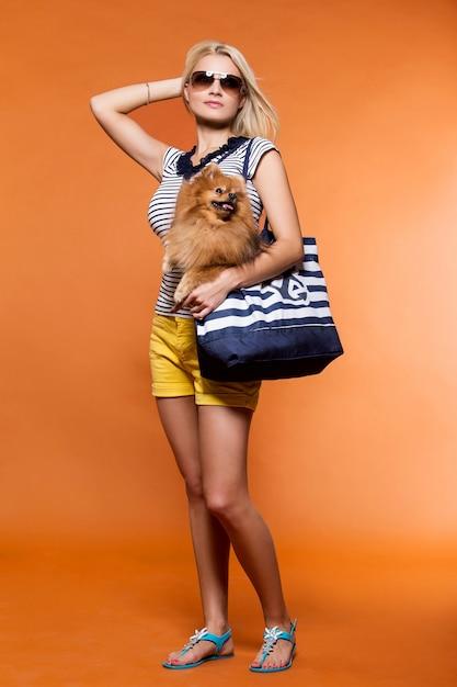 Lato. piękna blondynka z psem Darmowe Zdjęcia