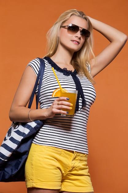 Lato. piękna blondynka z sokiem Darmowe Zdjęcia