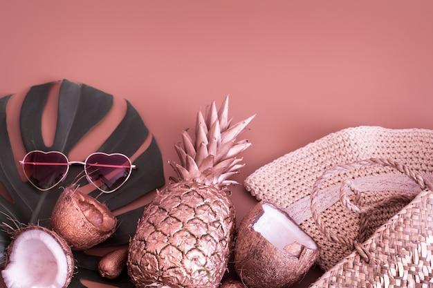 Lato Tropikalny Tło Z Ananasem I Letnich Akcesoriów Darmowe Zdjęcia